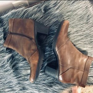 Clark's leather heeled ankle boots size 9.5